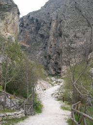 """Imbocco sentiero H1 Giunti a Fara San Martino, seguire le indicazioni per le """"Gole"""" o per il """"Monastero"""".  Vi è la possibilità di parcheggiare la macchina in un ampio parcheggio brecciato.  Proseguendo a piedi lungo la carrareccia (sentiero H1), troviamo il  settore """"Gole"""", primo settore della falesia.  - Mario Romano"""