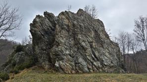 L'affioramento di serpentinite che ospita i mini tiri di questo piccolo parco giochi, satellite della più imponente mole della Rocca del Perudun. - E.Ferraro