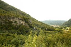 Falesia principale di Tovena e vista sul paese omonimo. - Saf
