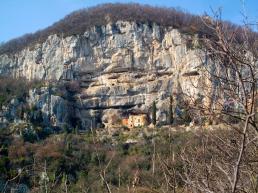 Eremo di San Cassiano incastonato nel Monte della Croce - Di Claudio Gioseffi - Opera propria, CC BY-SA 4.0