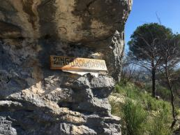 L'originale targa col nome della falesia. - Andrea Righetti