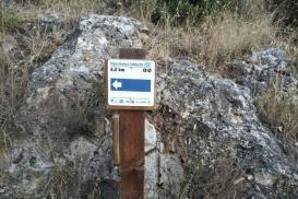 Cartello che evidenzia l'inizio del sentiero mediante il quale, in cinque minuti, si è alla falesia. Cartello visibile a bordo strada.  - Federico Ciociola Pieralli