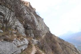 La vista con falesia, il forte e la valle - NikolayV