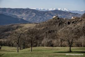 Borgo Sassomorello e Cusna sullo sfondo - www.nikobeta.net