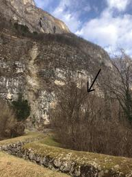 Posizione del settore Palù di Grigno durante l'avvicinamento. Si può vedere anche il ponte di pietre che si deve attraversare per raggiungere il settore (indicato dalla freccia). - Lisa Andreatta