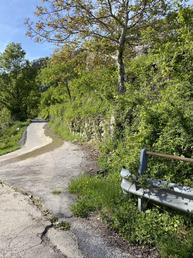 stradina asfaltata dalla quale inizia avvicinamento a piedi - FeDe