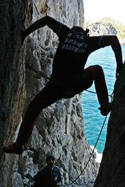 Francesco Galasso arrampica la gola di accesso alla falesia, a destra della gola si sviluppa il settore Tempio di Minerva e a sinistra il Settore Paretone © PH_direzioneverticale 2013 - © 2015 Direzione Verticale / Ogni Diritto Riservato