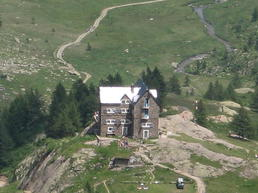 Vista del rifugio - By Nem80 (Own work) [Public domain], via Wikimedia Commons